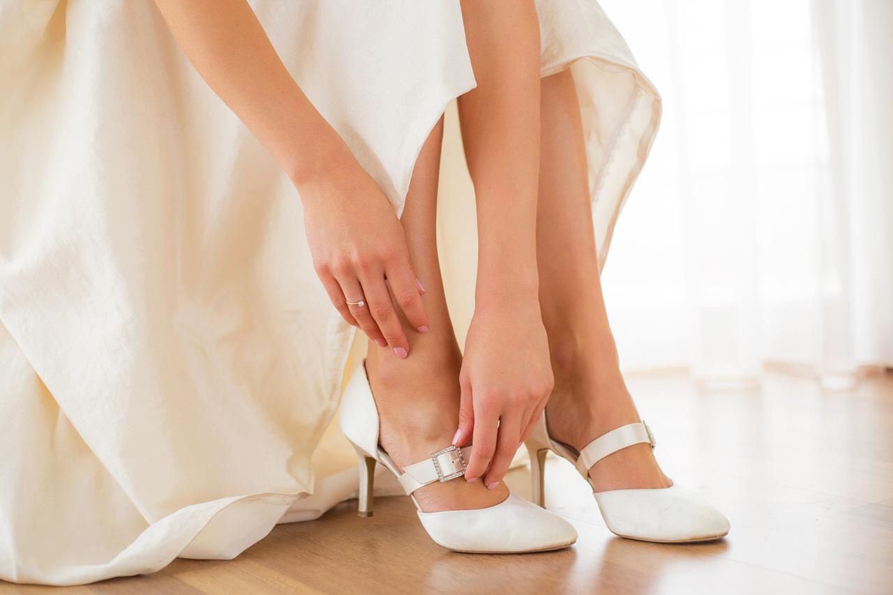 Die Hochzeitsschuhe sollten so bequem sein dass Sie damit stundenlang tanzen können - oder Sie ziehen sie einfach aus. Foto: Kaspars Grinvalds/Shutterstock.com