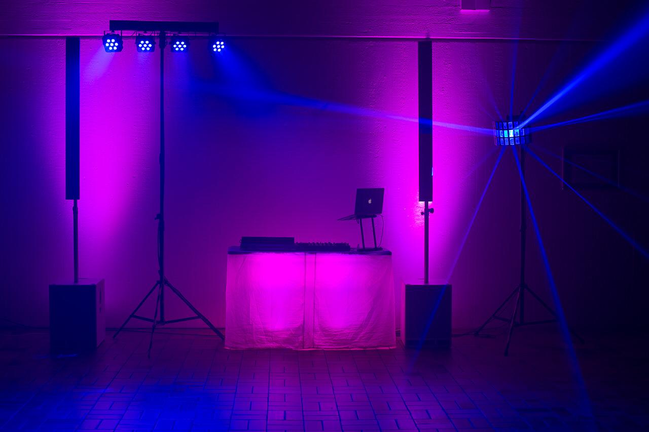 DJ Arbeitsplatz mit Fohhn Audio Linea Live III Powersystem, vier Floorspots, 4er-LED-Bar und Derby-Effekt. Foto: Andreas Paul