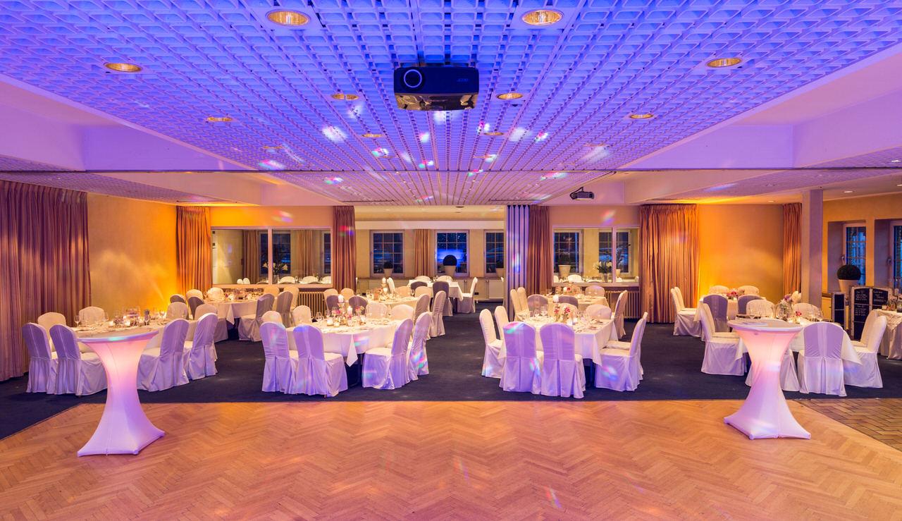 Stimmungsvolles Ambient-Licht auf einer Hochzeitsfeier. Foto: Christian Schwier