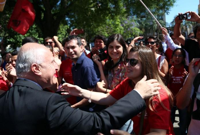 El nuevo gobernador saluda a la militancia socialista en la explanada de la Legislatura.
