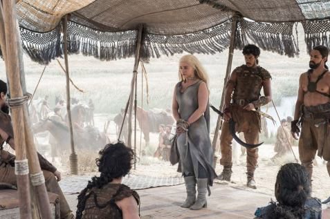 Daenerys tiene alto collar y está rodeada de esos hombres rústicos hot a caballo.