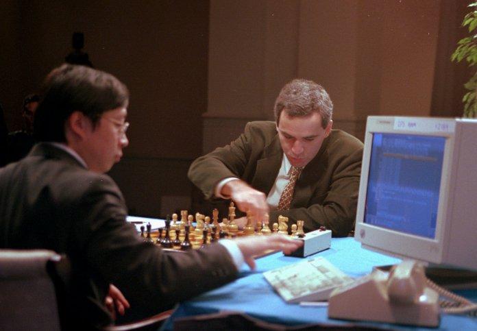 Gary Kasparov, hace su primera movida en el partido final de seis versus Deep Blue, el ordenador de IBM.