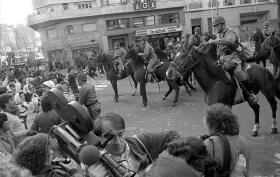 Marcha por la Vida. Hebe de Bonafini en las inmediaciones de Plaza de Mayo. 5 de octubre de 1982.