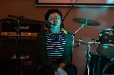 Paula, la sobrina de Enzo, cantando.
