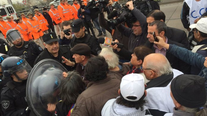 Puente Pueyrredón, 16 de agosto: volvió la Federal a la represión de protestas de jubilados, con escudos, empujones y carro hidrante.