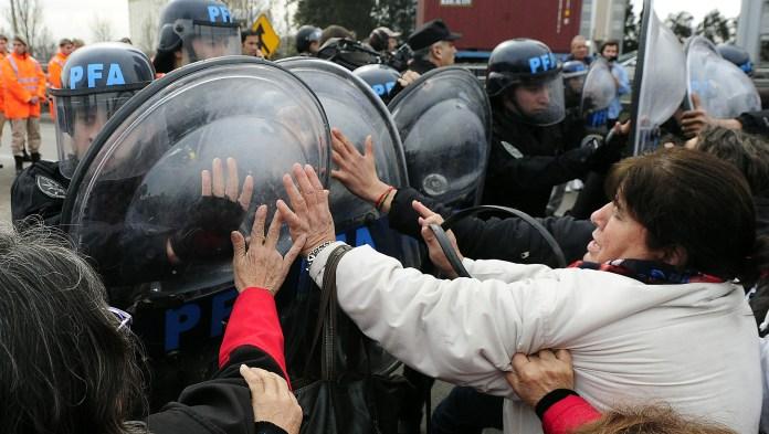 Puente Pueyrredón, 16 de agosto: volvió la Federal a la represión de protestas de jubilados, con escudos, empujones y carro hidrante. Foto: Paula Ribas