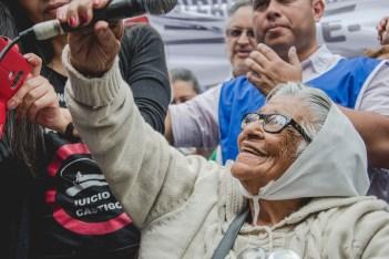 También en la marcha por el paro general estuvo Otilia Acuña, con sus 97 años. Foto: Gabriela Carvalho.
