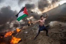 Las llantas se queman cuando los manifestantes palestinos utilizaron tiros de honda para arrojar piedras a las tropas israelíes en la frontera de Gaza e Israel al este de la ciudad de Gaza. Cuatro palestinos fueron asesinados por disparos militares israelíes durante las protestas en la frontera entre Gaza e Israel, dijeron las autoridades palestinas. Mientras tanto, helicópteros y aviones de combate del ejército israelí atacaron tres posiciones de Hamas en la franja norte de Gaza. Foto: Heidi Levine.
