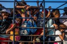 Los migrantes de América Central que forman parte de la caravana de migrantes se amontonan en un camión en la carretera de Pijijiapan a su siguiente parada, la ciudad de Arriaga, en el estado de Chiapas, en el sur de México. Foto: Adriana Zehbrauskas.
