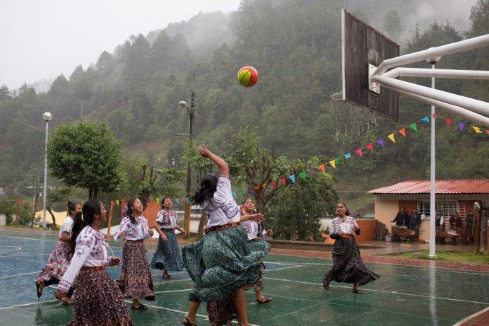 El equipo Gubby juega contra Las Combinadas de Tlahui durante el festival de un santo patrón en Santa Maria Tlahuitoltepec, Oaxaca, México. Foto: Alicia Vera.