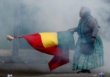 NATACHA PISARENKO Bolivia, noviembre de 2019 Una partidaria del expresidente de Bolivia Evo Morales sostiene una bandera boliviana durante enfrentamientos con la policía en La Paz.