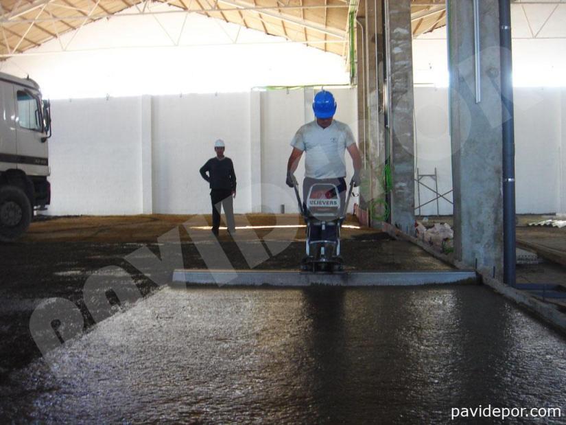 Pavimento de hormigón pulido para taller mecánico en Sevilla