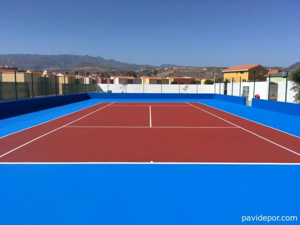 Pavimento deportivo con cuatro capas de resinas sobre alfombra de goma para pistas de tenis