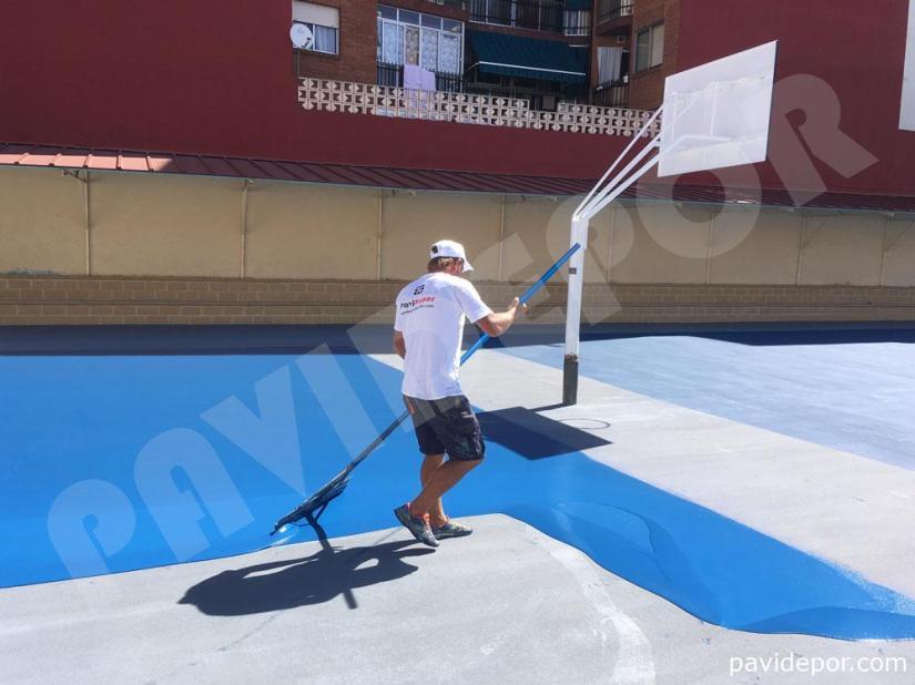 Aplicación de resina azul en pista deportiva de colegio San Vicente de Paul, de Benavente, Zamora