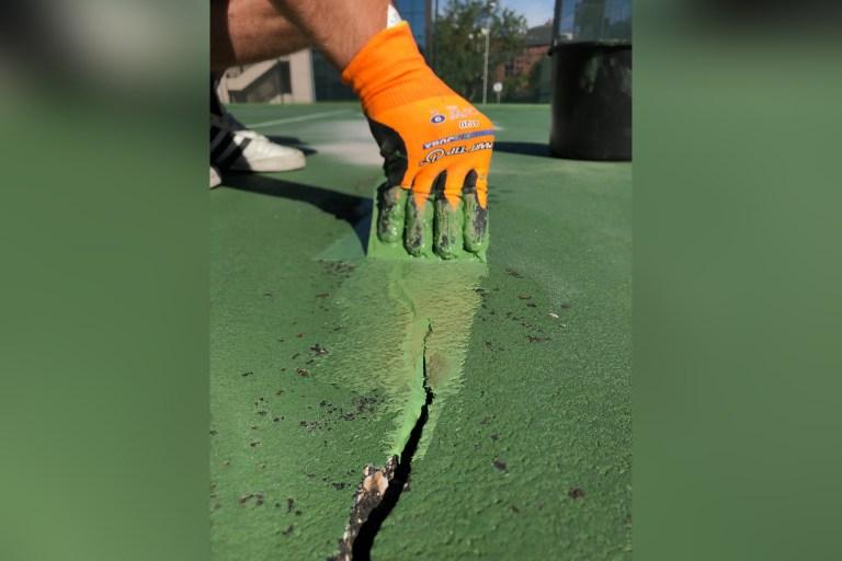 Reparación de grietas en pista de tenis