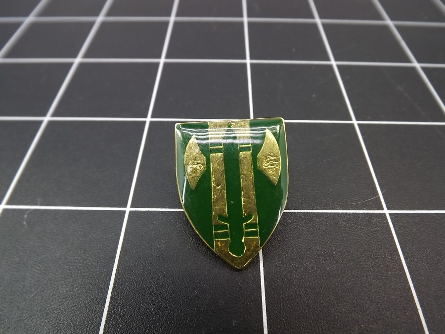 European GREEN Enamel LAPEL HAT PIN appears to be some kind of crest or military designation 1