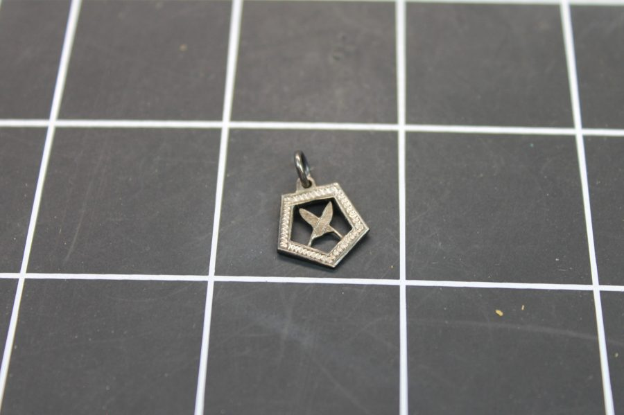 VINTAGE SILVER TONE CROSSED FEATHERS CHARM PENDANT 1