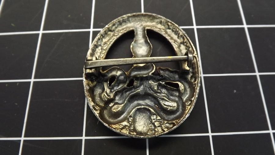 VINTAGE ANTIQUE WWII PEWTER ANTI PARTISAN WARFARE BADGE LAPEL PIN 2