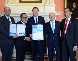 UK Prime Minister David Cameron (centre) and Indonesia's President Joko Widodo (far right) celebrate the deal with Arif Wibowo, CEO of Garuda (second left), Eric Schulz of Rolls-Royce (left) and Tom Williams of Airbus (second right).