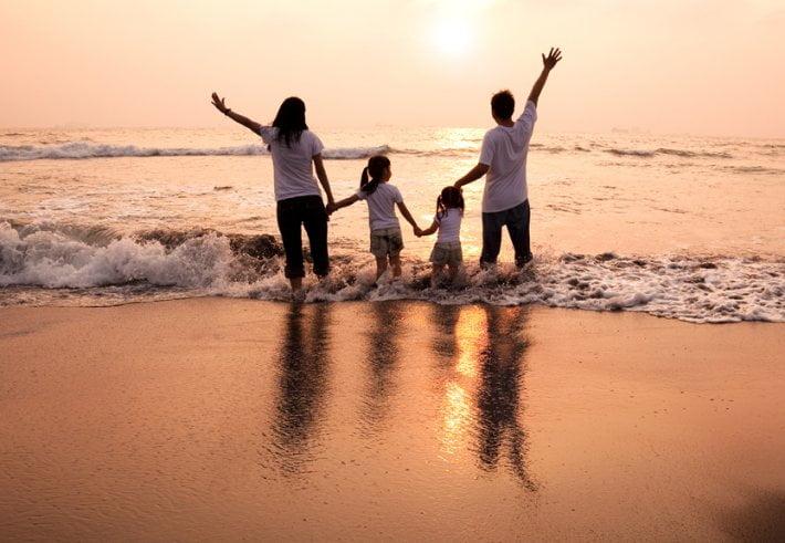 famille-plage-couche-de-soleil.710.491