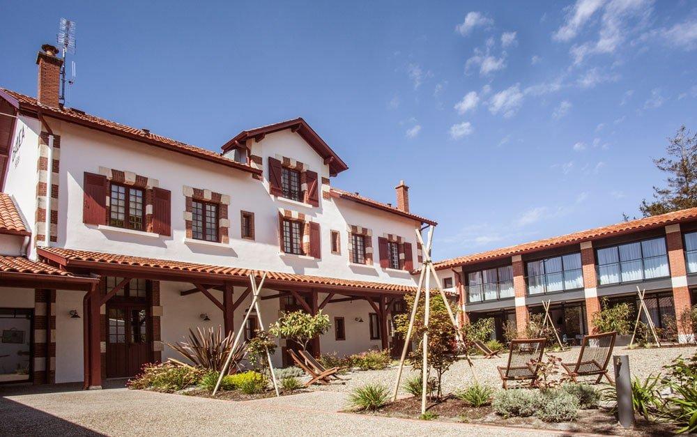 Hotel-balea-jardin-cour-ecole