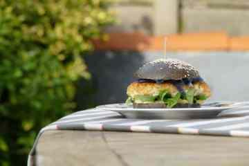 Burger-pain-seige-noir-poissson-mayonaise-chou-pays-basque