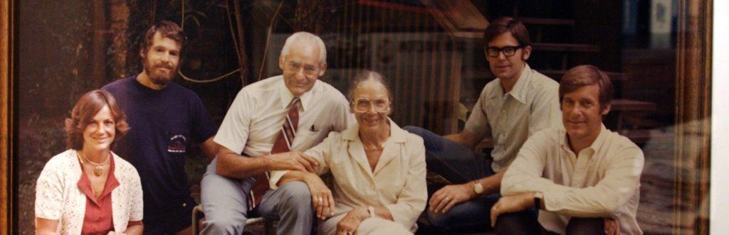 صورة لأفراد من عائلة والتون