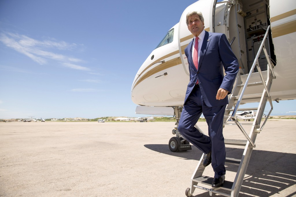 U.S. Secretary of State John Kerry arrives at the airport in Mogadishu, Somalia May 5, 2015. Kerry made an unannounced visit to Somalia on Tuesday, the first U.S. Secretary of State to visit the Horn of Africa nation that is struggling to rebuild after two decades of war and battling an Islamist insurgency by al-Shabab militants. Photo by Andrew Harnik/Pool/Reuters