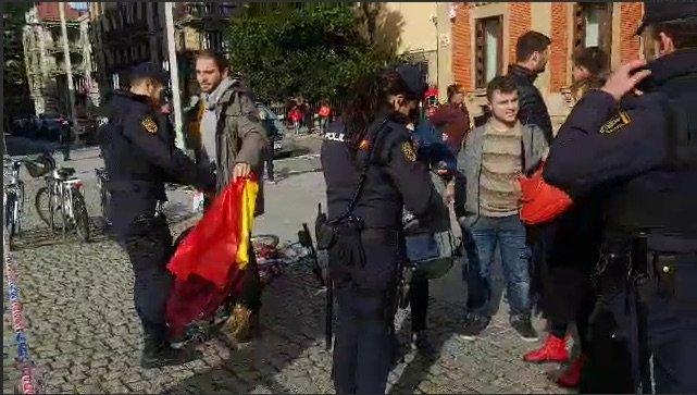 La organización juvenil del PCE-EPK, Gazte Komunistak denuncia la actuación policial ante la visita del Rey a Iruñea.