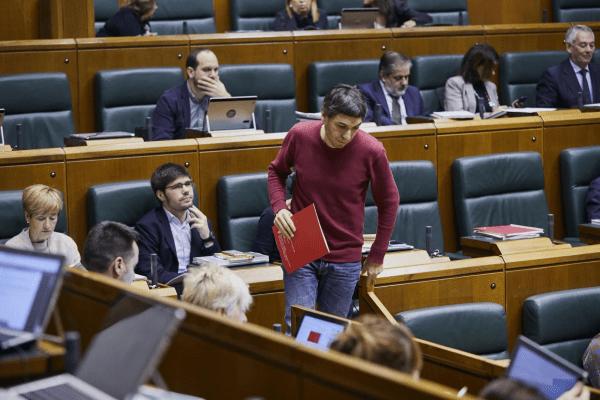 """Hernández: Hemos rechazado los presupuestos del Gobierno Vasco por """"basarse en un modelo de derechas""""."""