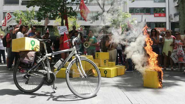 """El PCE-EPK respalda la huelga de los """"riders"""" y pide que se actúe para garantizar su seguridad y acabar con su precaria situación."""
