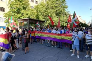 Cientos de personas piden el fin de la monarquía en las calles.