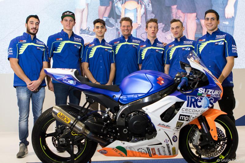 Fred Merkel junto a los pilotos del RSV Phoenix Suzuki Racing - Foto: Dpto. Prensa RSV Phoenix Suzuki Racing