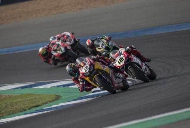 Leon Camier durante la carrera de Superbikes en Tailandia