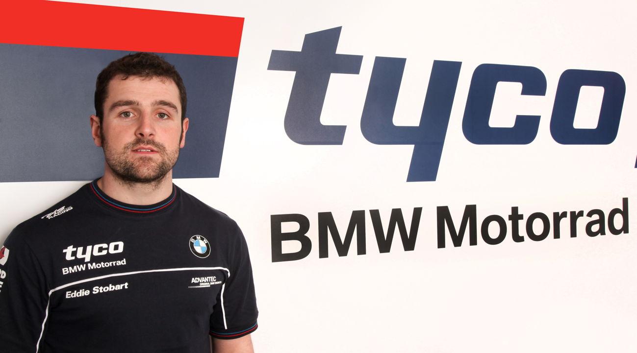 Michael Dunlop posa con los colores del equipo Tyco BMW