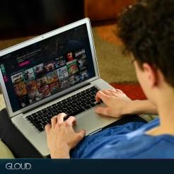 hombre-adolescente-solo-sillon-living_Facebook_1080x1080-_Agregar-zocalo-GLOUD-y-menu-pantalla