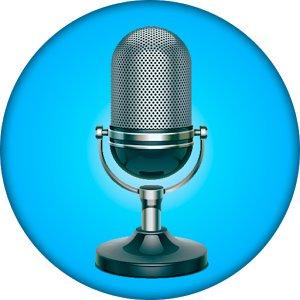 microfono centrale su sfondo azzurro