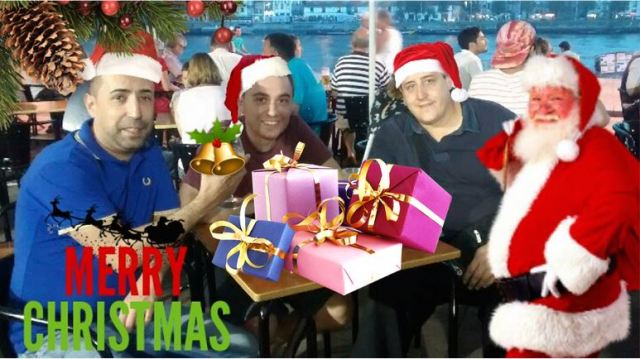 Persone con cappelli di Natale e regali