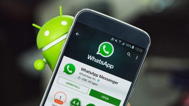 Omino Android e smartphone Android con schermata di WhatsApp sul Play Store