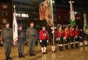 Der Insignientrupp des Militärkommandos Tirol und die Bundesstandarte des Bundes der Tiroler Schützenkompanien. ÖBH Vzlt Hörl