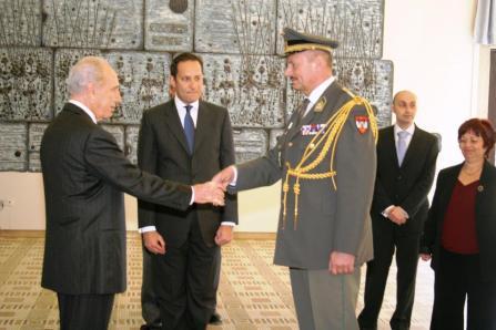 Der israelische Staatspräsident Simon Peres begrüßt den akkredidierten Militärattache Nikolaus Egger