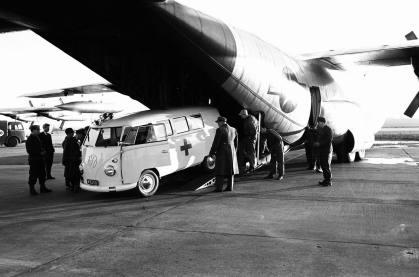 """Dezember 1960: Verladung eines San-Kraftwagens in eine """"Hercules""""-Transportmaschine der U.S. Air Force zum Flug in den Kongo."""