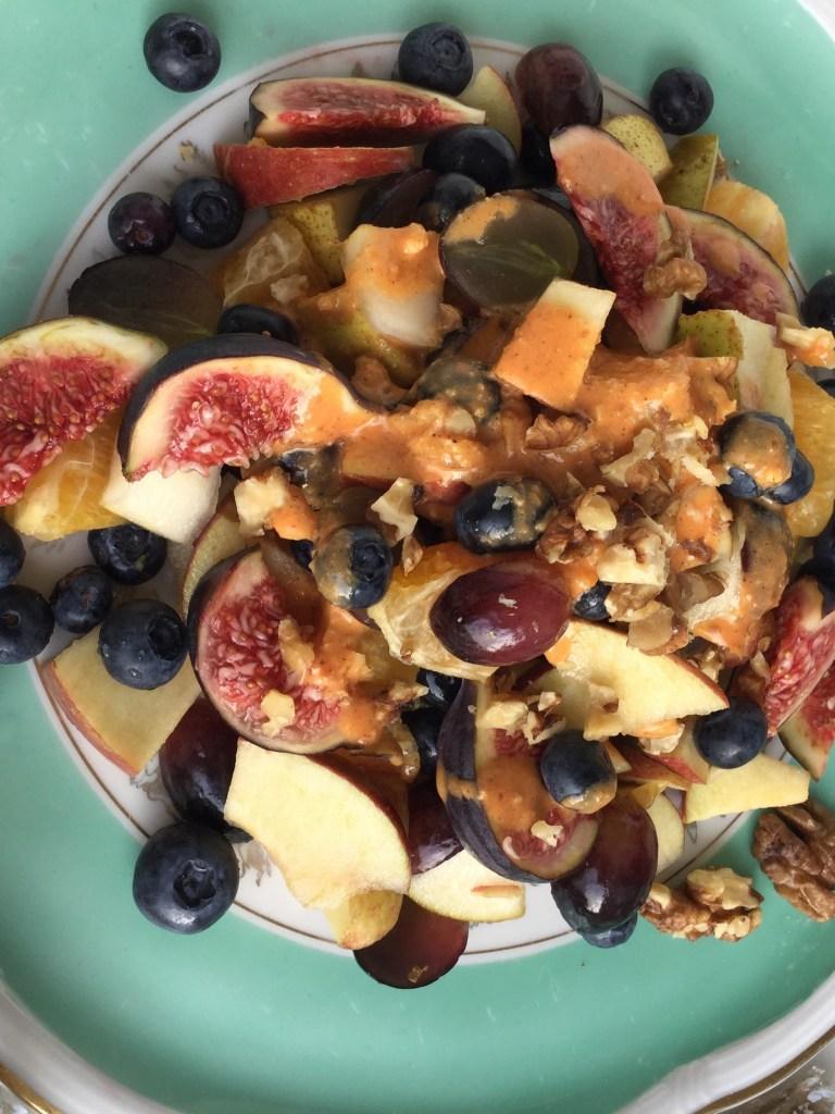 Herbstlicher Obstsalat mit Orangen-Nuss-Vinaigrette