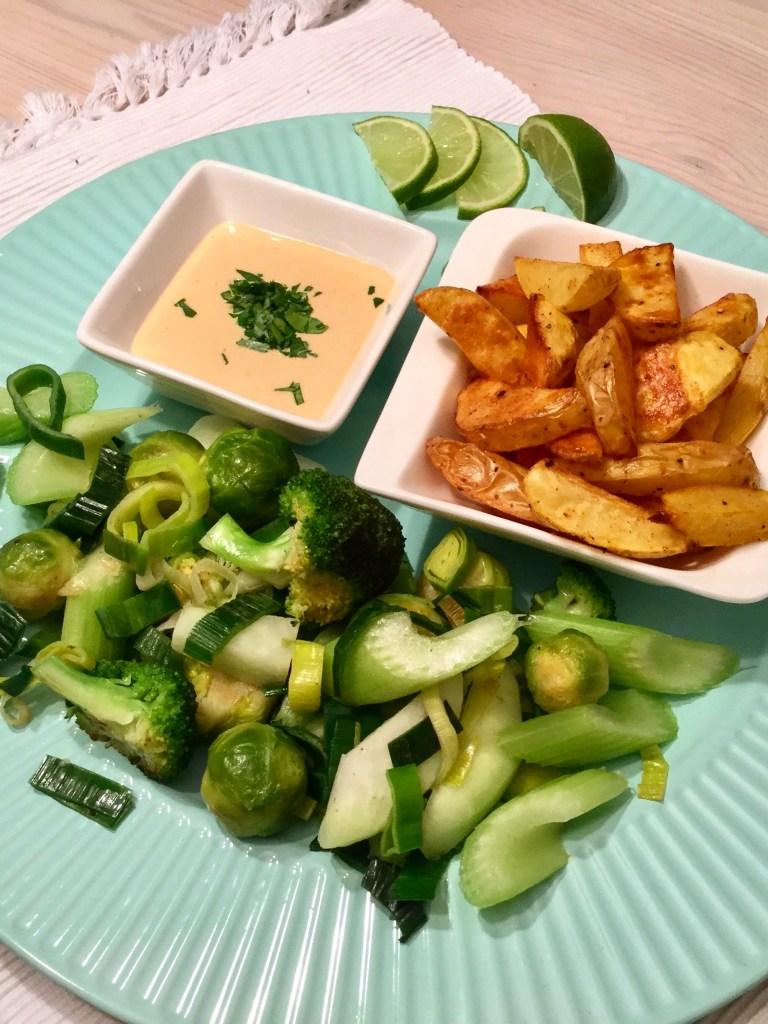 Country Potatoes mit Erdnussdip und grünem Wokgemüse