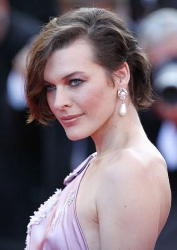 mila jojovich wearing vintage pearl earrings