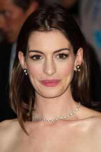 anne hathaway wearing black pearl earrings set