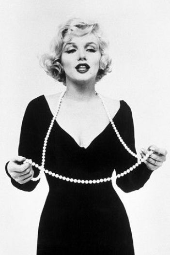 how to wear pearls like marilyn monroe