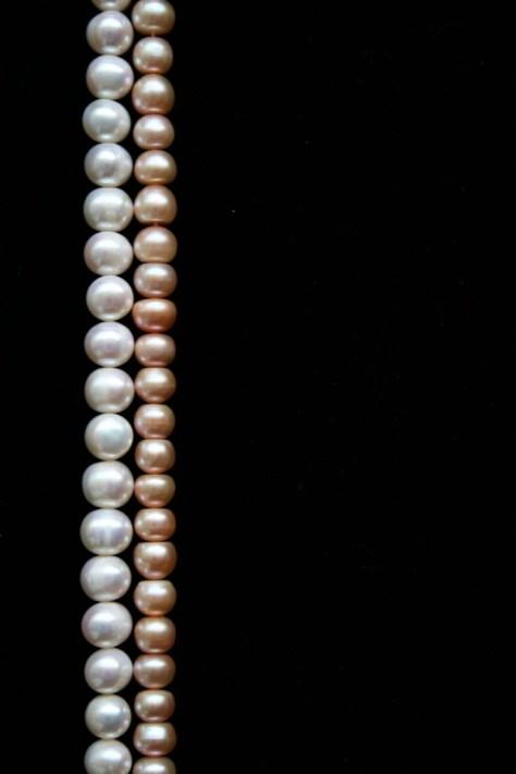 Weiße Perlen und rosa Perlen vergleichen