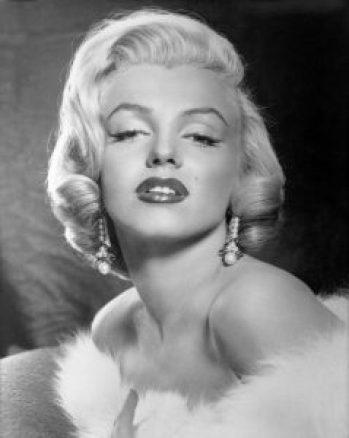 Marilyn Monroe trägt Perlenohrringe