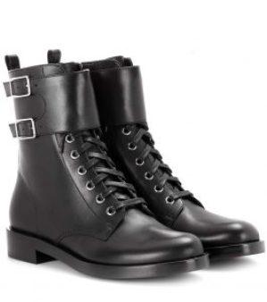 Schwarze Schuhe bekämpfen schwarze Lederstiefel